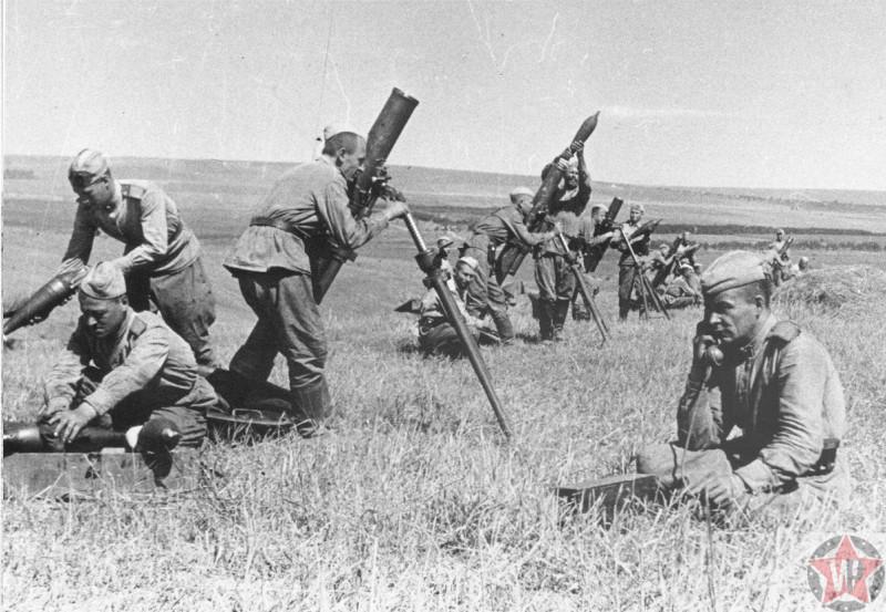 Батарея дивизиона минометного полка ведет огонь на Курской дуге