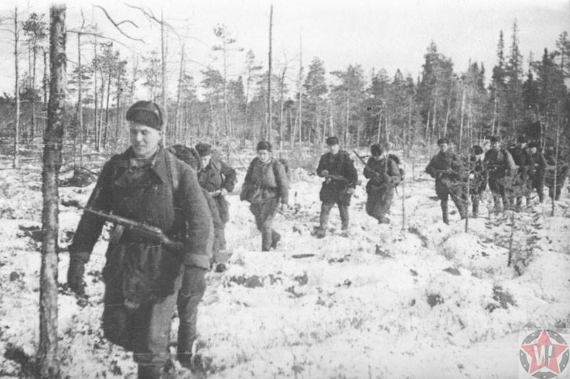 Группа партизан «Большевик Заполярья» возвращаются с боевой операции