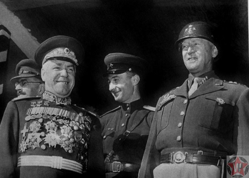 Маршал СССР Г.К. Жуков и командующий 3-й армией США генерал Джордж Смит Паттон на трибуне во время Парада Победы союзных войск в Берлине.