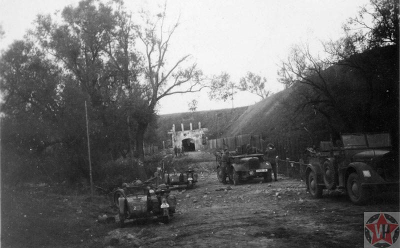 У Северо-Западных ворот Брестской крепости, фото 1939 год