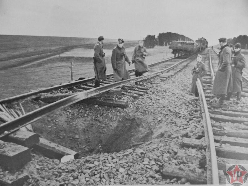Военнослужащие Вермахта у взорванной партизанами железной дороги