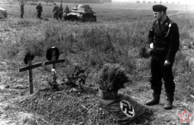 Немецкий солдат у могилы двух своих друзей