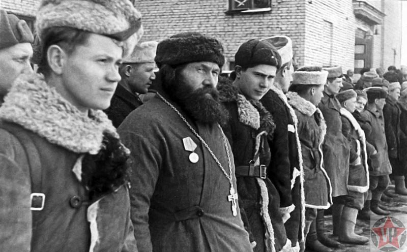 Бойцы 5-й Ленинградской партизанской бригад награждаются медалями «Партизану Отечественной войны»