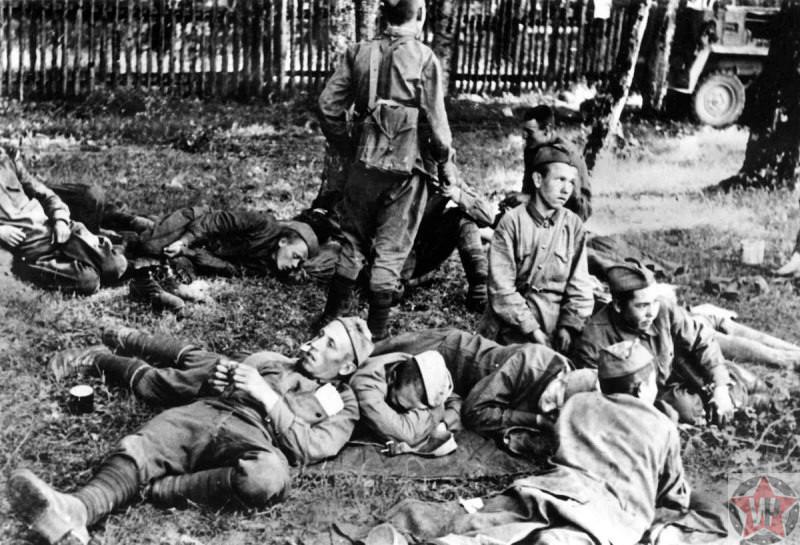 Советские пленные на газоне