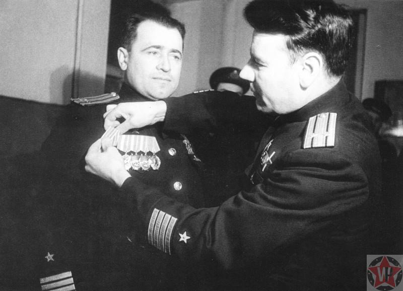 Награждение командира советской подводной лодки С-56 Г.И. Щедрина медалью «За оборону Заполярья»