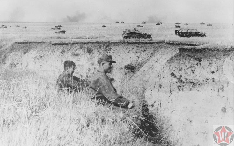 Солдаты советской армии и бронетранспортеры во время операции «Цитадель»