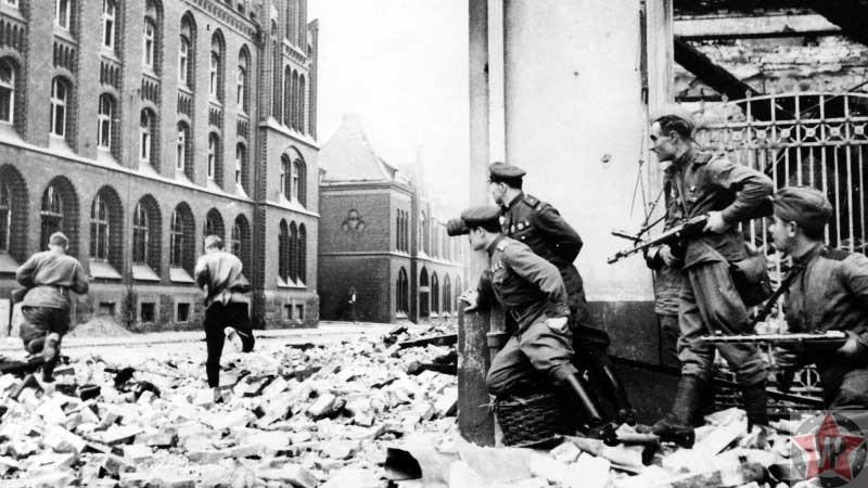 Советские солдаты перебегают улицу во время боев в Берлине