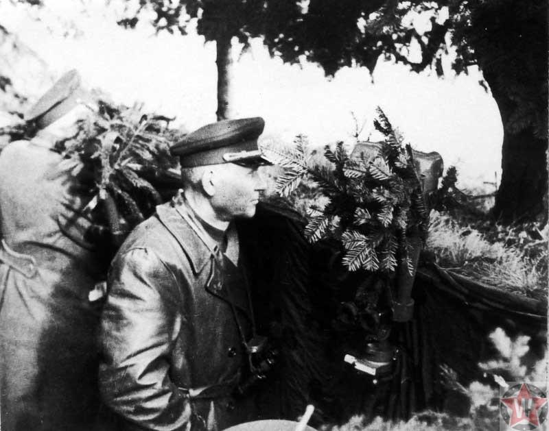 Командующий 1-м Украинским фронтом маршал Советского Союза И.С. Конев следит за ходом боя