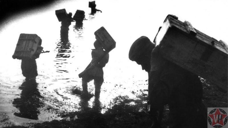 Бойцы Красной Армии переносят боеприпасы через реку Висла