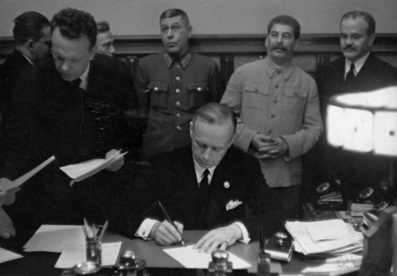 Иоахим фон Риббентроп подписывает Пакт о ненападении