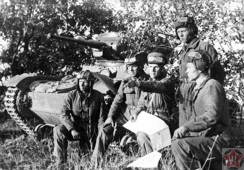 Танкисты перед боями под Смоленском.