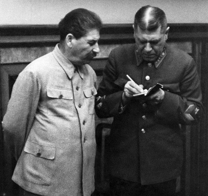 Иосиф Сталин с Борисом Михайловичем Шапошниковым во время подписания Пакта о ненападении.
