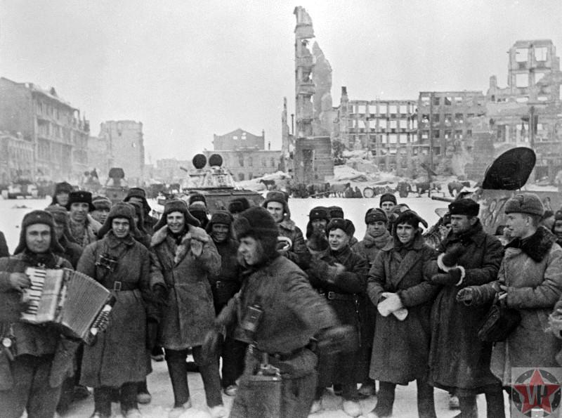 Красноармейцы празднуют победу в Сталинградской битве