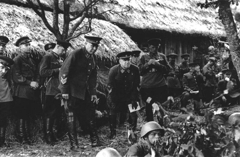 Маршал Семен Тимошенко и генерал армии Георгий Жуков на военных учениях