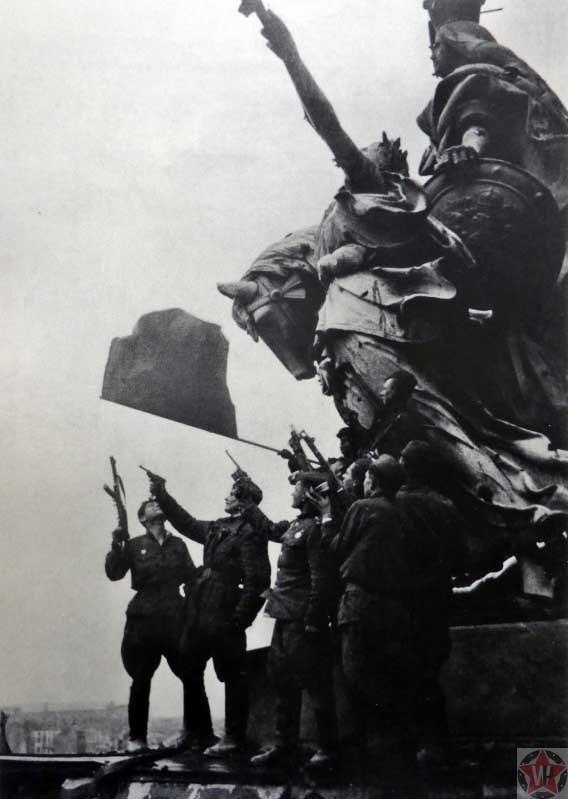 Салют в честь Победы на крыше Рейхстага