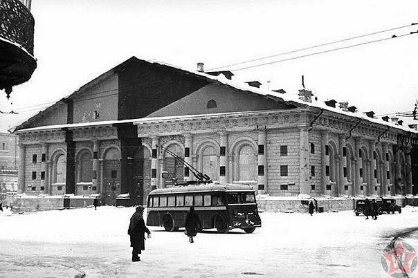 Закамуфлированное здание Манежа в Москве зимой 1941 года.