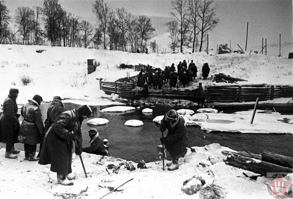 Cаперы проверяют мины после освобождения Наро-Фоминска