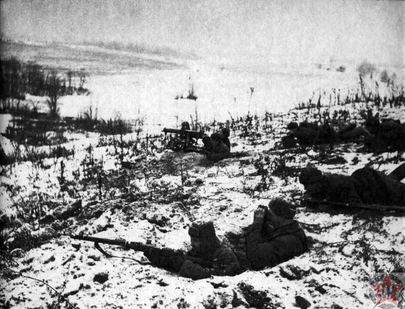 Советские бойцы на позициях в заснеженном поле под Калугой
