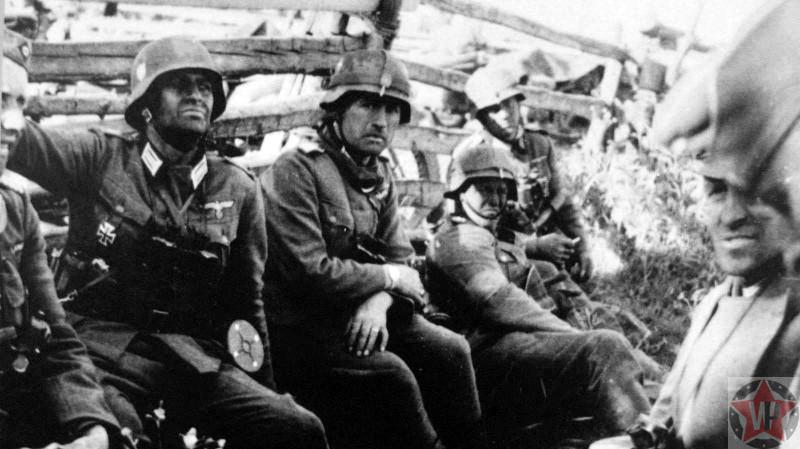Немецкие солдаты и офицеры в ожидании приказа о начале атаки 22 июня 1941 года