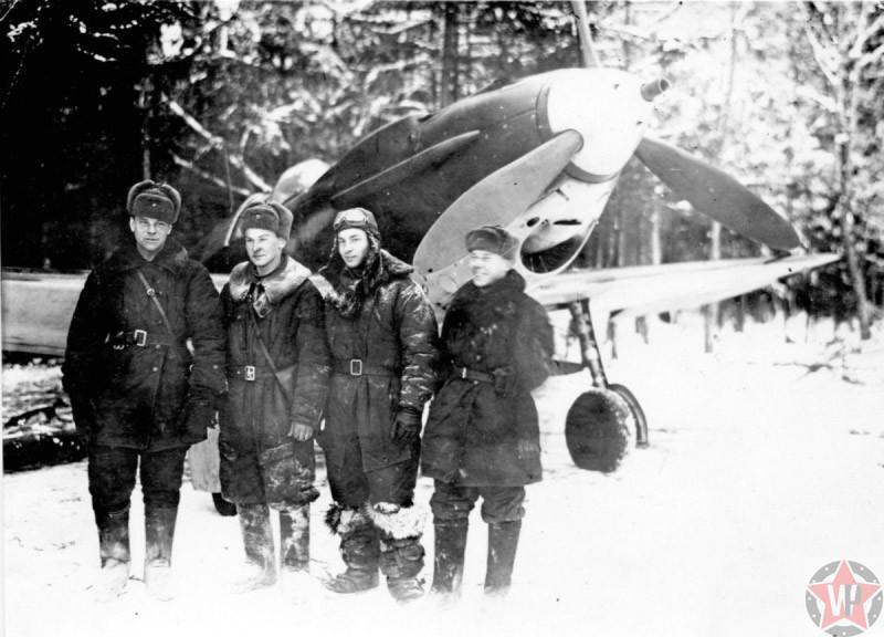 Капитан Иван Павлович Лавейкин (второй слева) с сослуживцами на аэродромной стоянке на Калининском фронте