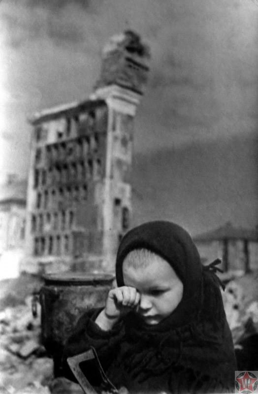 Маленькая жительница Гжатска плачет на пепелище дома