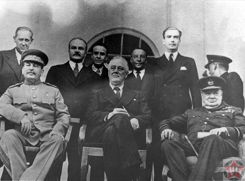 Маршал Советского Союза Иосиф Виссарионович Сталин, президент США Франклин Рузвельт и премьер-министр Великобритании Уинстон Черчилль на Тегеранской конференции.