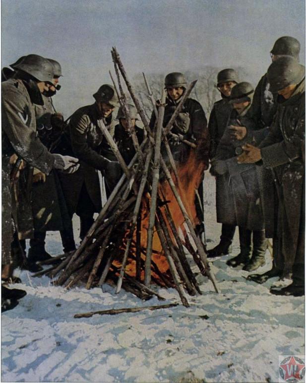 Немецкие солдаты греются у костра под Волоколамском
