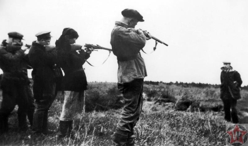 Советские партизаны расстреливают предателя