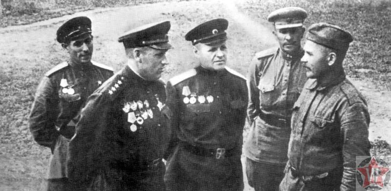 Командующий Центральным фронтом генерал армии К.К. Рокоссовский перед началом битвы на Курской дуге