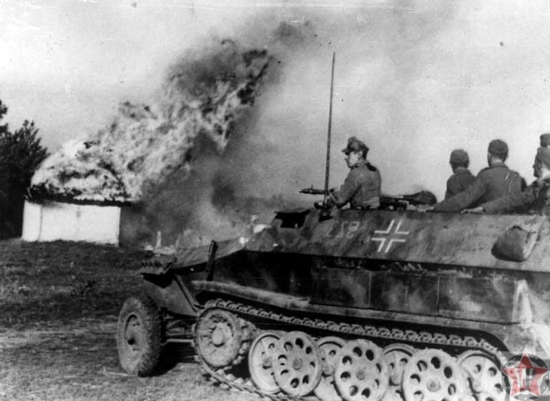Немецкий бронетранспортер у горящей хаты в районе Днепра