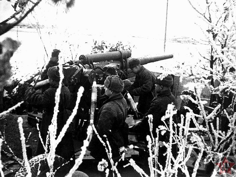 Расчет зенитного орудия ведет огонь по танкам на подступах к Москве 1941 г.