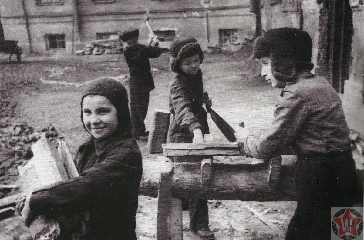 Дети за работой в блокадном Ленинграде