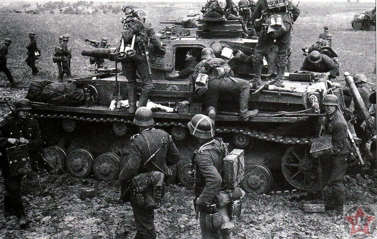 Немецкие пехотинцы у танка PzKpfw IV