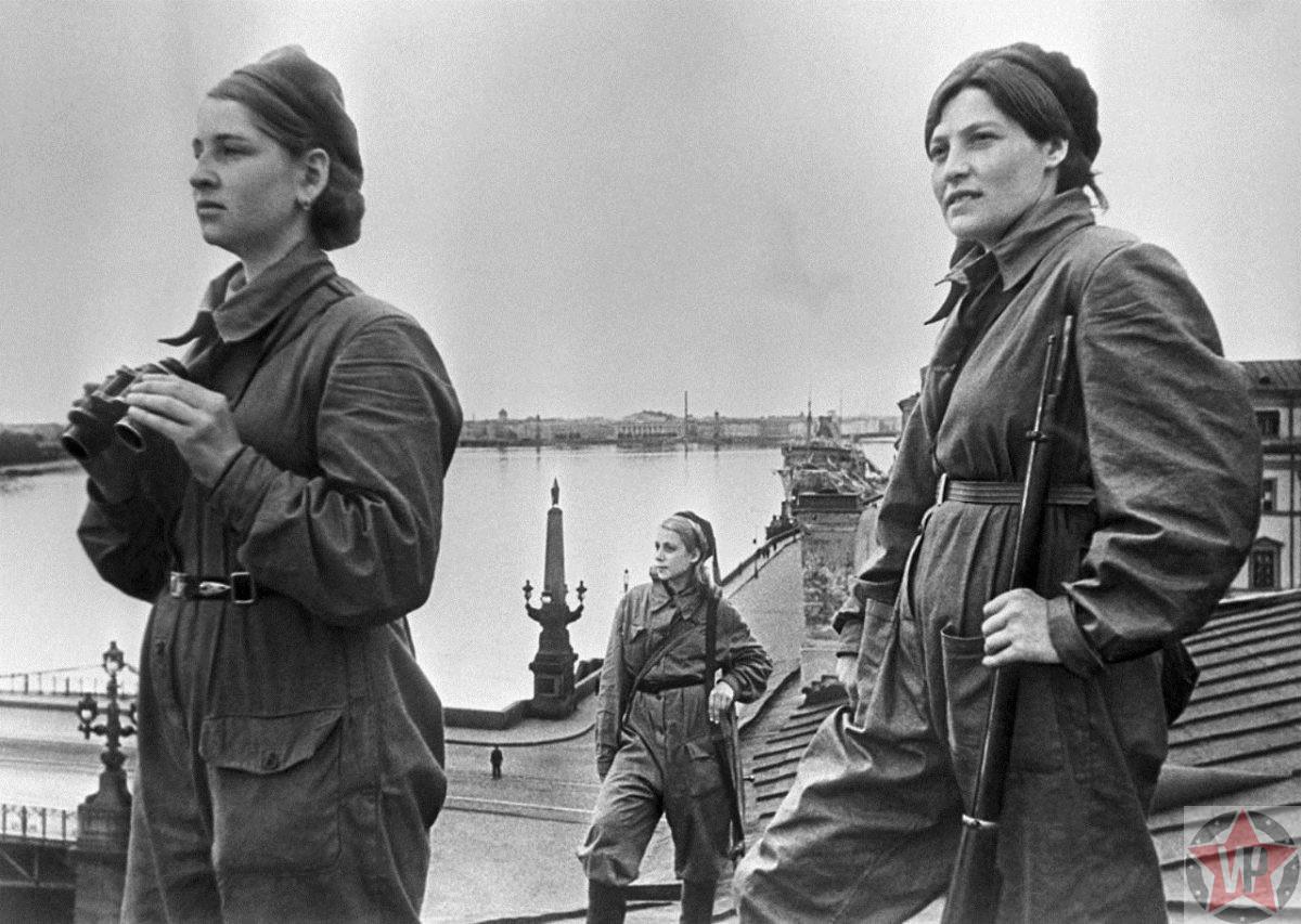Девушки-бойцы несут боевое дежурство на крыше дома