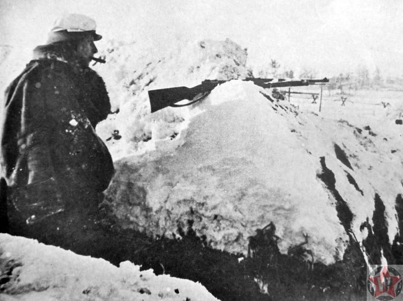 Немецкий солдат в окопе под Ленинградом