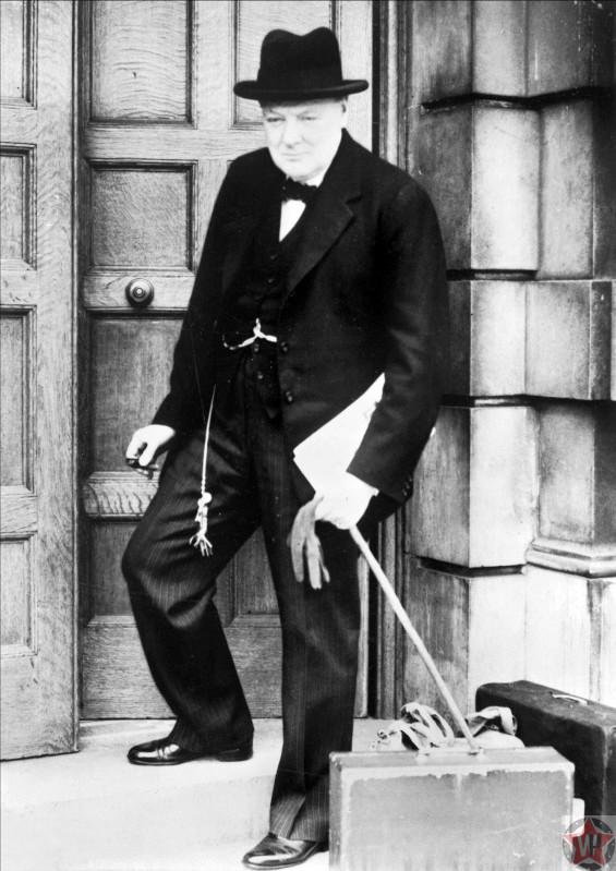 Уинстон Черчилль на ступенях Адмиралтейства в Лондоне