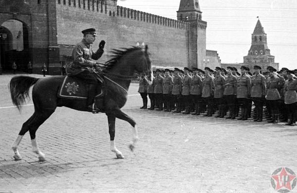 Ворошилов командует парадом