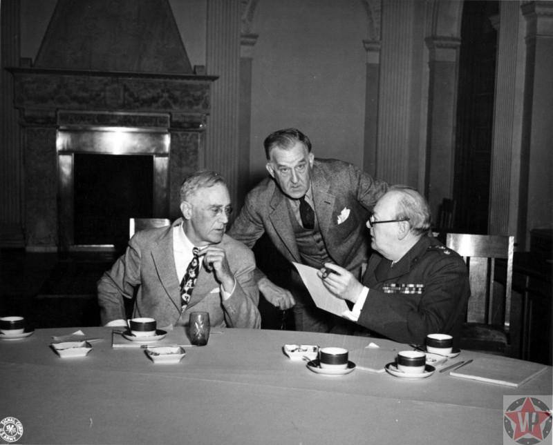 Ф. Рузвельт, У. Черчилль и С. Эрли во время обсуждения за столом на Ялтинской конференции