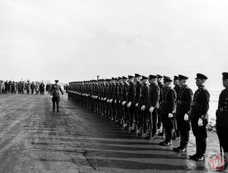 Почетный караул советских солдат на аэродроме Саки во время ялтинской конференции.