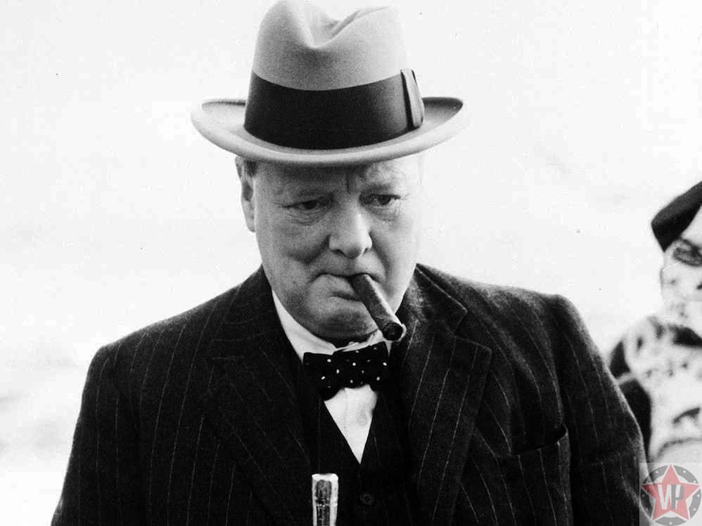 Уинстон Черчилль с сигаретой