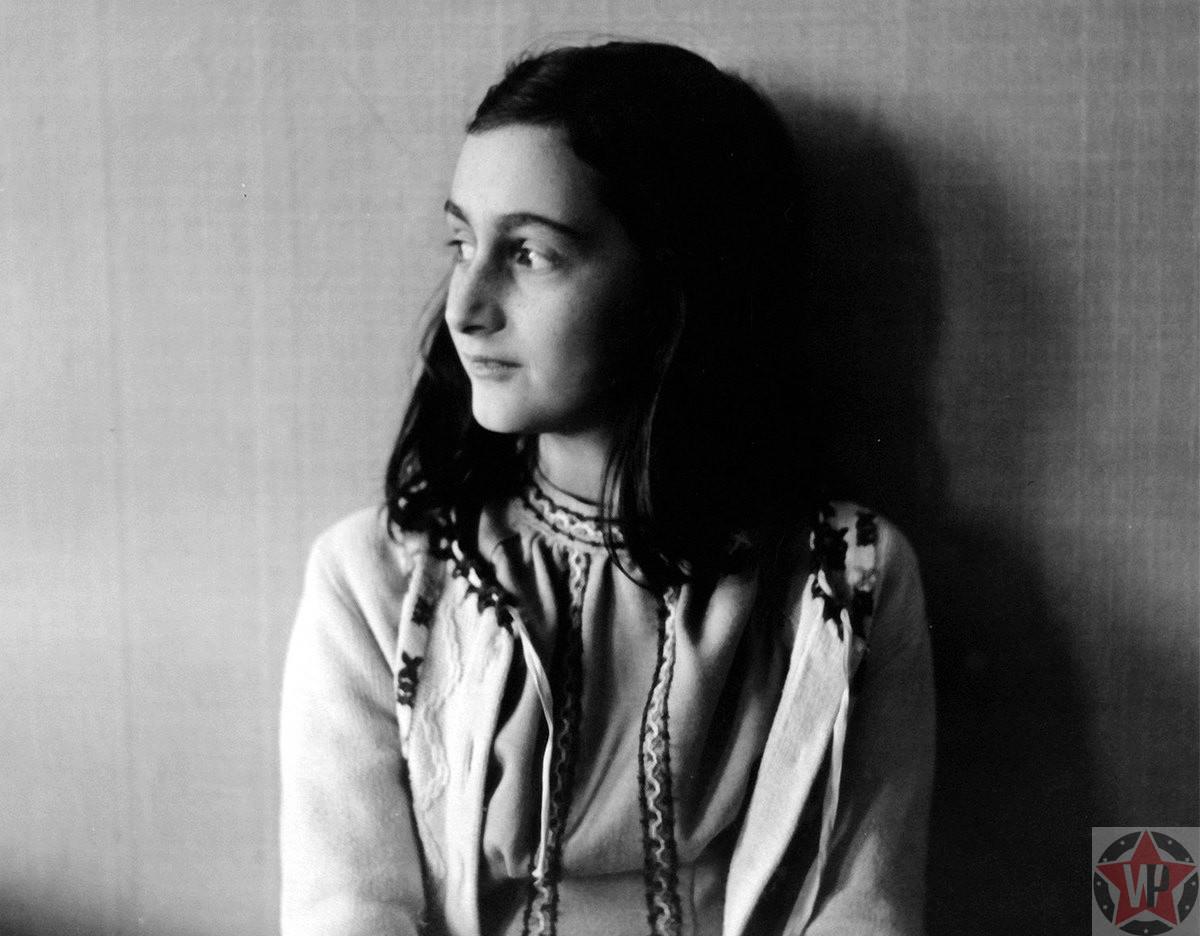 Анна Франк умерла от тифа в возрасте 15 лет в Берген-Бельзен концентрационном лагере, а её посмертно опубликованный дневник посмертно - сделал ее символом всех евреев, погибших во Второй мировой войне.