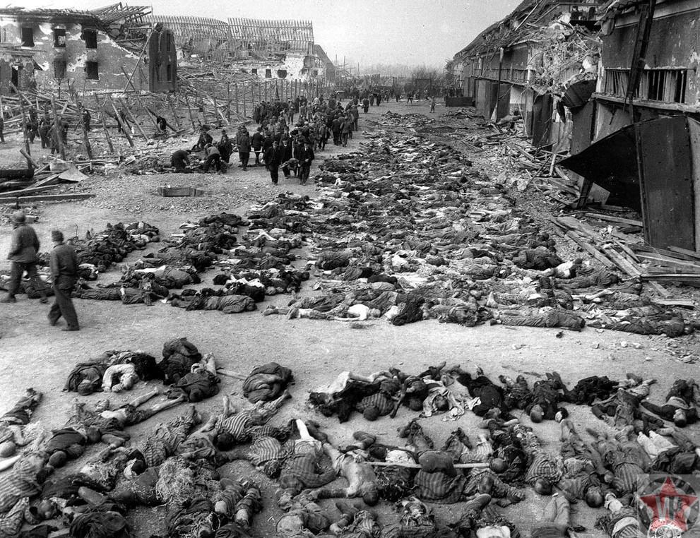 Американские солдаты ходят рядом с трупами в нацистском концентрационном лагере в Нордхаузен Германия