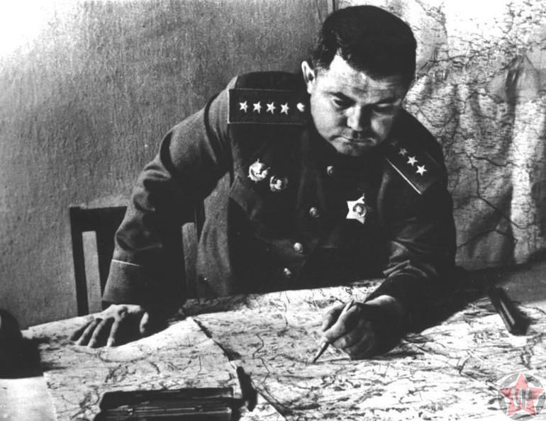 Николай Ватутин за столом разрабатывает план действий