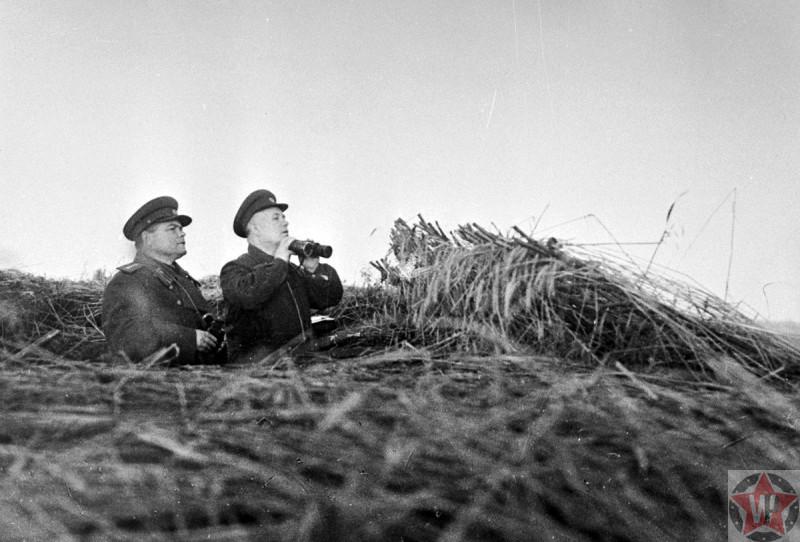 Командующий Воронежским фронтом Н.Ф. Ватутин и Н.С. Хрущев на наблюдательном пункте под Белгородом