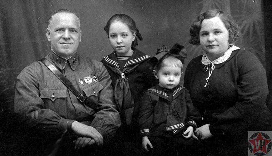 Георгий Жуков с женой Александрой и дочерьми