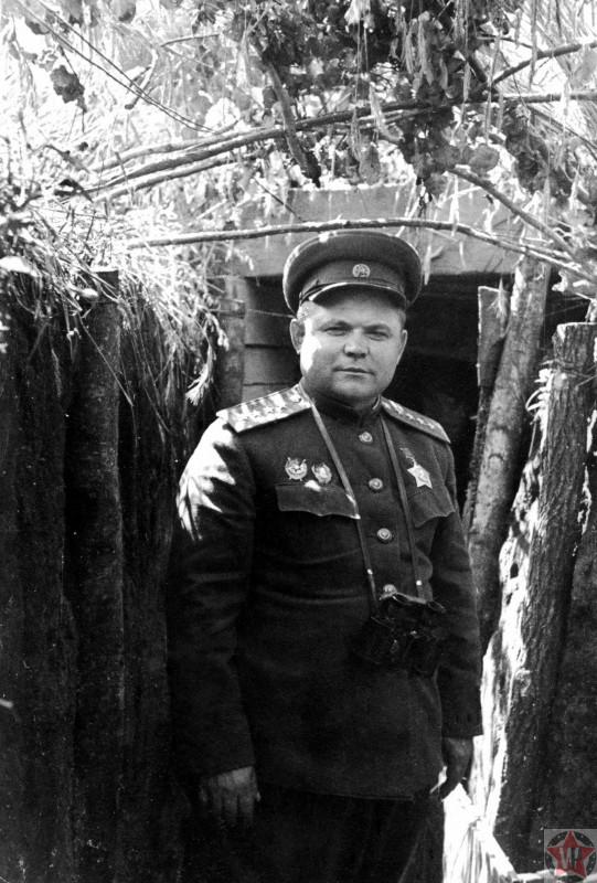 Н.Ф. Ватутин у входа в штабную землянку