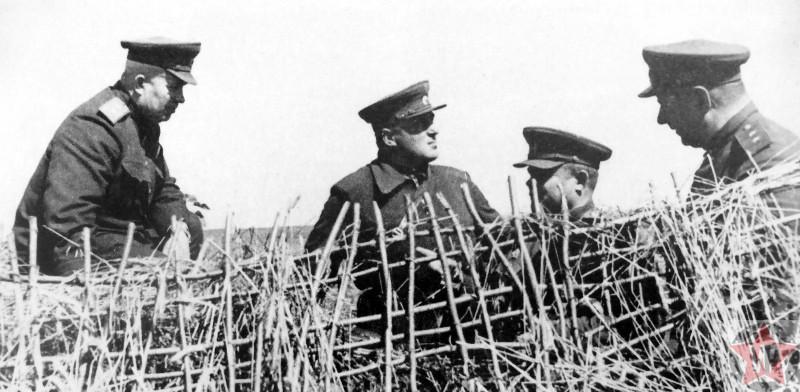 Командование на наблюдательном пункте на Курской дуге. Слева направо: член Военного совета фронта генерал-лейтенант Н. С. Хрущев (1894—1971), начальник штаба фронта генерал-лейтенант С. П. Иванов (1907—2003), командующий фронтом генерал армии Н.Ф. Ватутин (1901—1944).