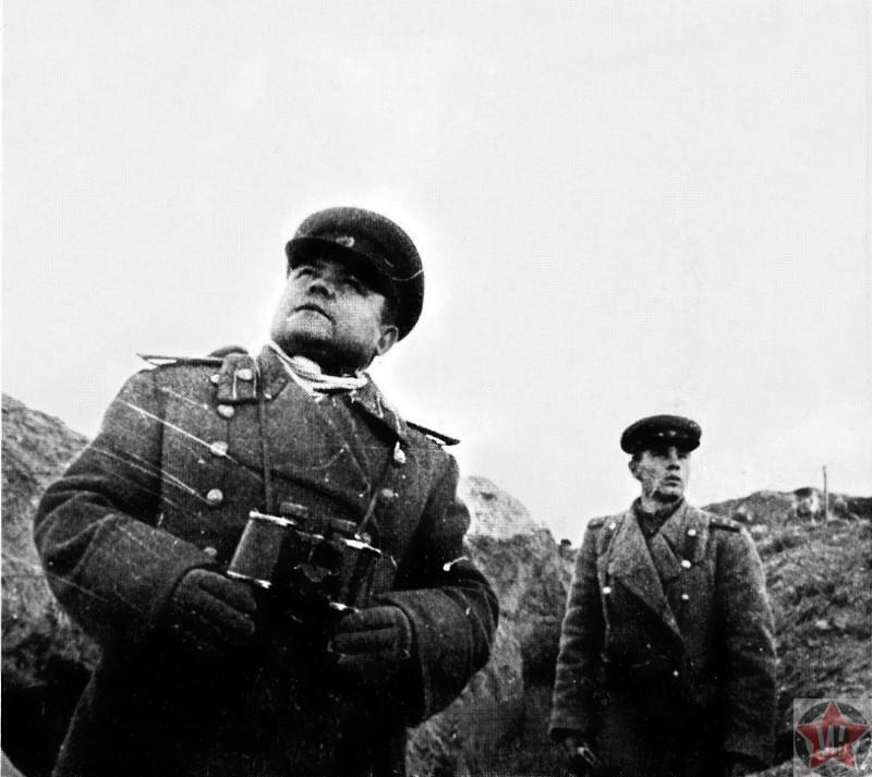 Командующий Воронежским фронтом генерал-полковник Николай Ватутин на наблюдательном пункте