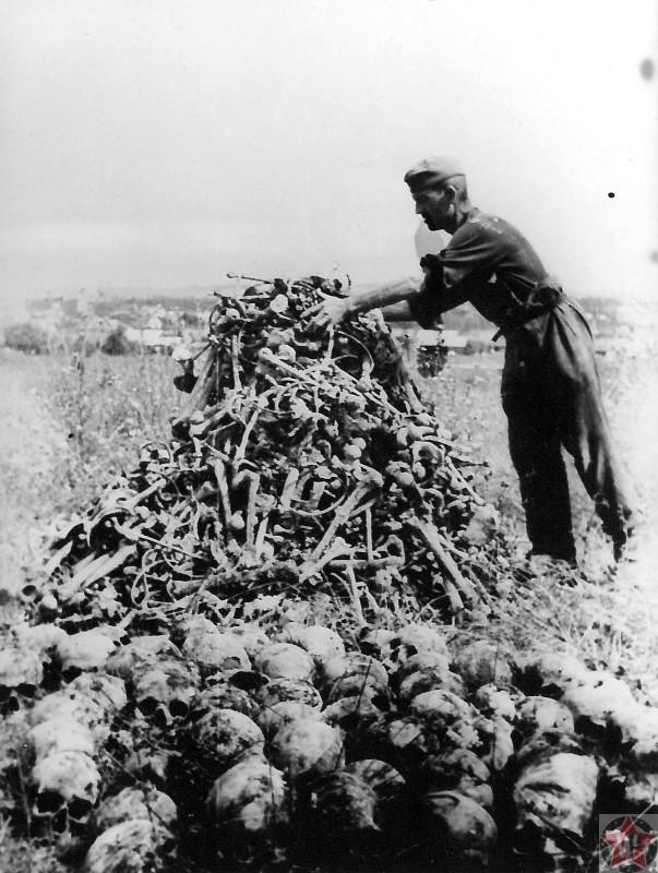 Останки узников концлагеря Майданек, сложенные в кучу
